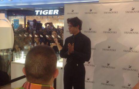 (Italiano) Gabriel Garko ospite presso il negozio Swarovski al centro commerciale Megalò